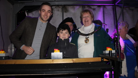 Huge crowds turn out to support fayre and lights switch on in Melksham