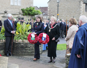 Michelle Donelan MP and Cllr Terri Welch lay wreaths at the war memorial